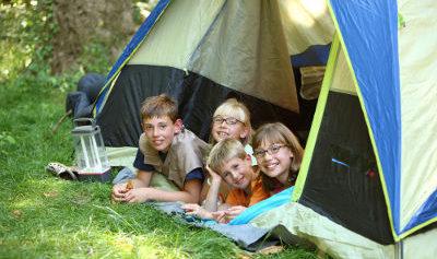 Z dzieckiem na biwaku? Wakacje pod namiotem – za i przeciw